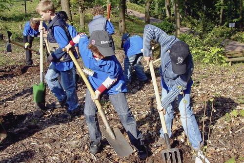 """Bei der """"Pro Forst""""-Aktion am Großheubacher Kloster Engelberg am Samstag leisteten 25 Schulkinder der dritten Jahrgangsstufe der Grundschule einen wichtigen Beitrag zur nachhaltigen Waldbewirtschaftung."""